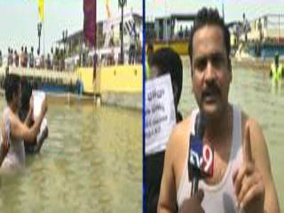 hero sivaji puting pinda Rice offering living politician peoples pushkaralu