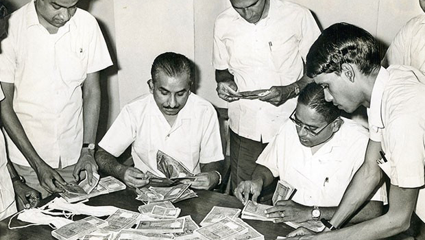 50 years back peoples changed 500 1000 rs notes in rbi