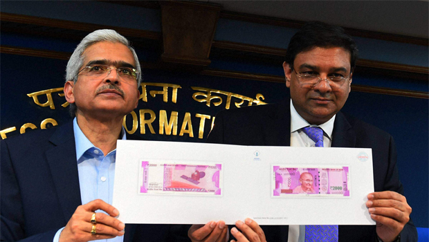 Finance Secretary Shashikant Das showing specimen notes of new 500 and 2000