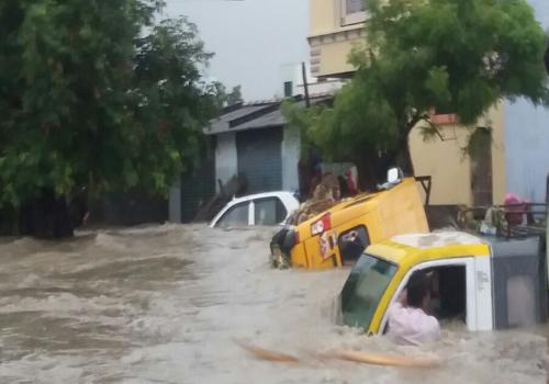 andhrapradesh full rains cars strucked floods