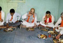 amit shah eats food in tribals home at gujarat