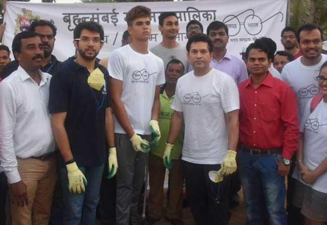 Sachin Tendulkar Cleans Bandhra Roads in Swachatha Hi Seva