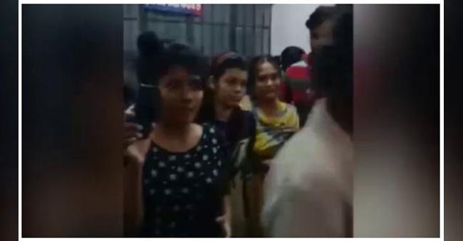 15 Women Fight For 1 Man with Police InGujarat