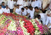 YS Jagan's Family Pays Tribute To YSR At Idupulapaya